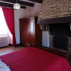 Chambre 1 avec un grand lit