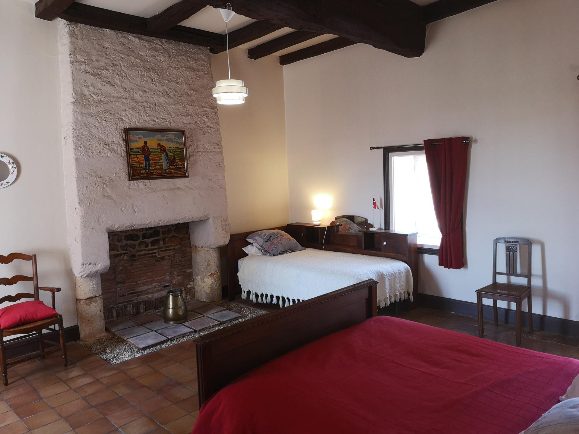 Chambre 2 avec un grand lit et un petit lit