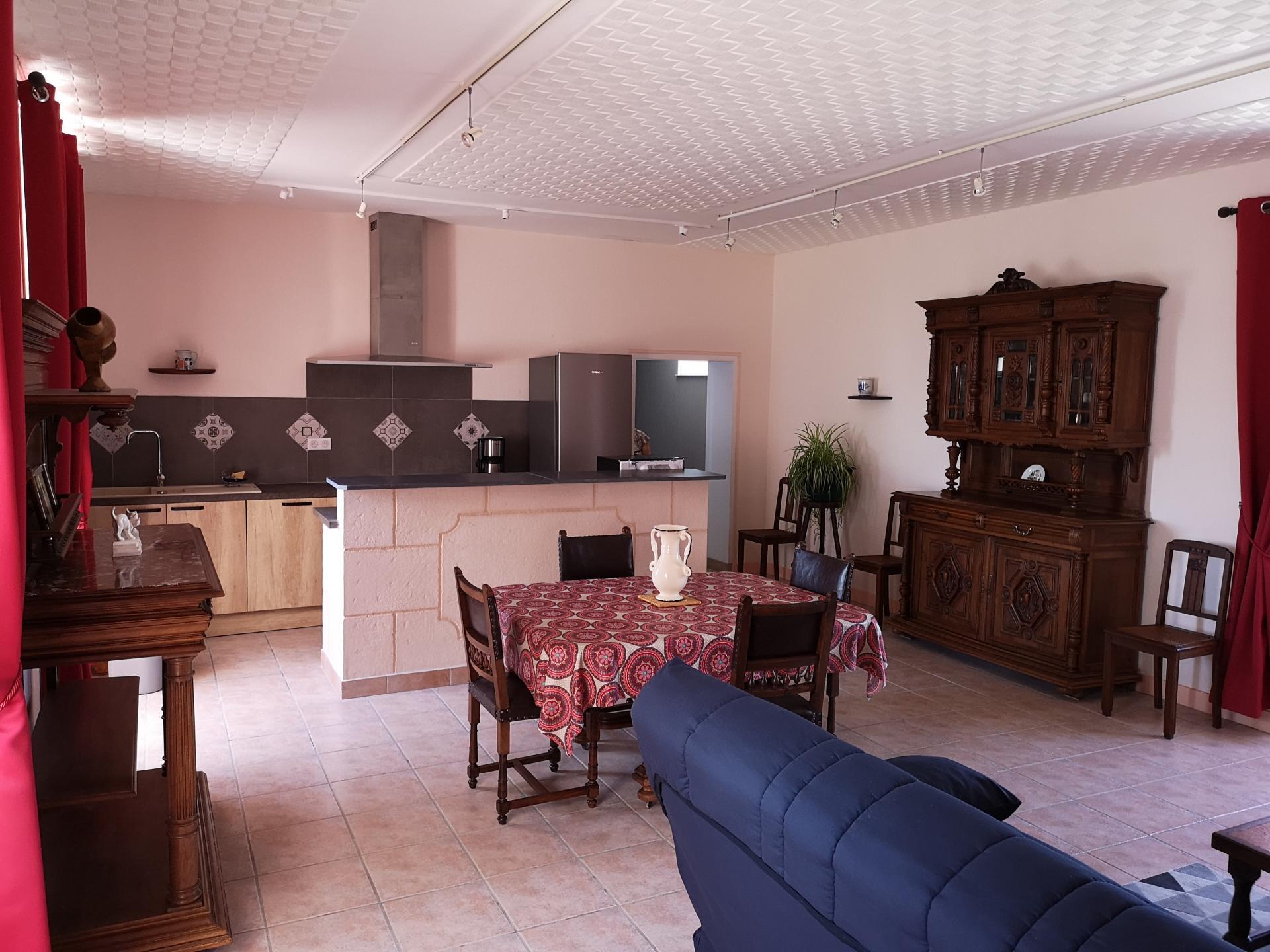 Salle de séjour avec cuisine intégrée